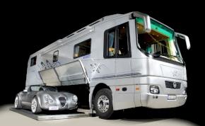 Full extrás lakóbusz sportkocsi-garázzsal