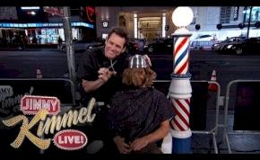 Jim Carrey fodrásznak állt, hogy Dumb és Dumber-frizurát vágjon neked