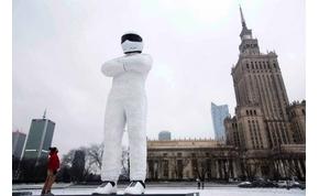 Tízméteres Stig szobor áll, Varsó kellős közepén