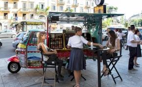 Motoros riksával hódít a luxusmárka Milánóban