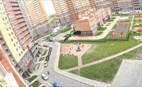 Egy orosz fickó leugrott a játszótérre, ejtőernyővel!