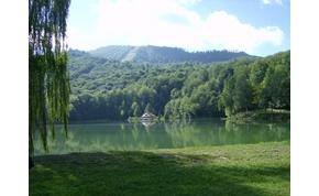 Három menő tó a szomszédban, ha külföldön szeretnél csobbanni