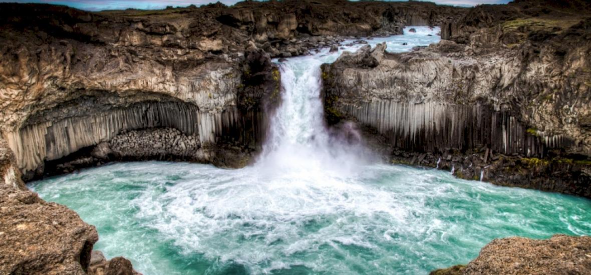 Egy fickó lekajakozott Izland legveszélyesebb vízesésén