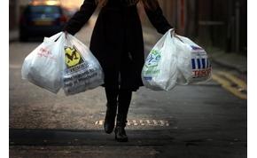 Nem használják a műanyagzacskókat Angliában, amióta pénzt kérnek értük