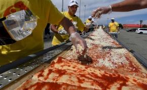Elkészítették a világ leghosszabb pizzáját