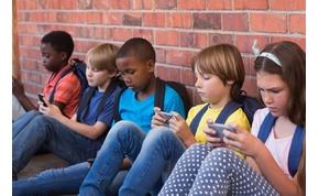 A franciák kitiltják a telefonokat az iskolákból