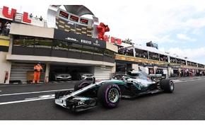 Káosz a rajtnál, biztonsági autó, majd Hamilton-győzelem