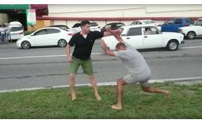 Nem elég, hogy karambolozol, még meztelen lábbal verekedned is kell