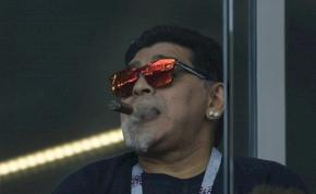 Mellkasát mutogatva mulatozott Maradona egy kocsi tetején