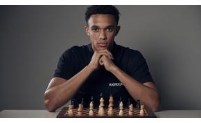 A Liverpool jobbhátvédje megszorongatta a sakk világbajnokot