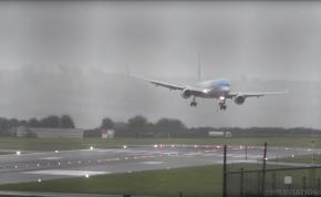 Óriási viharban hihetetlen manőverrel tette le a repülőgépet a pilóta