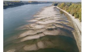 Az aszályban lenyűgöző formákat öltött a homok a bajai Duna-parton