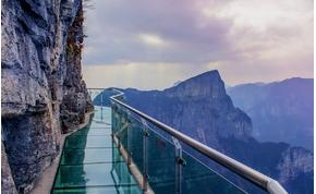 Most tényleg megrepedt a híd üvegpadlója 1180 méteren