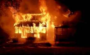 Pókokat akart írtani, leégette az egész házát