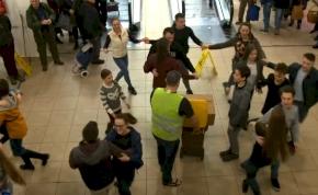 Letarolta az internetet a debreceni néptáncosok flashmobjának videója