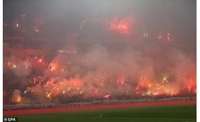 Negyvenezer drukker borította lángba a stadiont a rangadó előtt