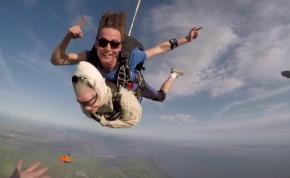 A 102 éves néni nem lazsál, bevállalt egy ejtőernyős ugrást