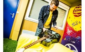 A Sziget sztárjai által dedikált gitárokat szerezhetünk be