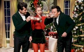 Miley Cyrus átírta az ismert karácsonyi dalt, az eredmény pedig zseniális lett