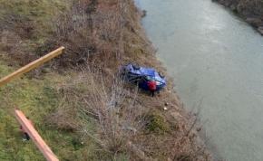 Tíz métert zuhant a Sió hídjáról egy kocsi