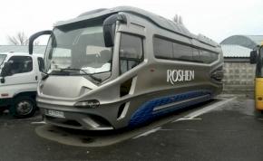 Szomszéduknál kapták lencsevégre a futurisztikus autóbuszt