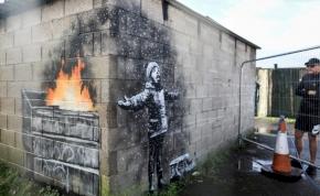Két évig a helyén maradhat a garázsfalat díszítő Banksy-festmény