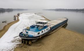 Zátonyra futott teherhajó lett a Dunakanyar új nevezetessége