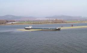 Látványos videó a Dunán zátonyra futott hajóról