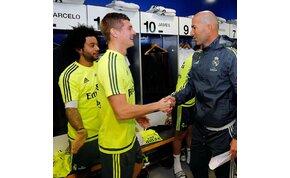 Muszáj megnézni, hogy üdvözölné Zidane a játékosait az öltözőben