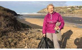 Egy nagymama fogta magát és 52 strandot takarított ki – eddig