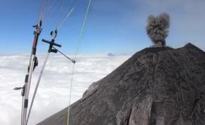 Siklóernyővel egy háborgó vulkán felett repülni élvezet