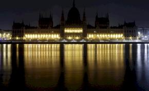 Ma este számos nagyváros, intézmény sötétbe borul