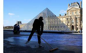 Zseniális képet tettek a Louvre piramisa köré