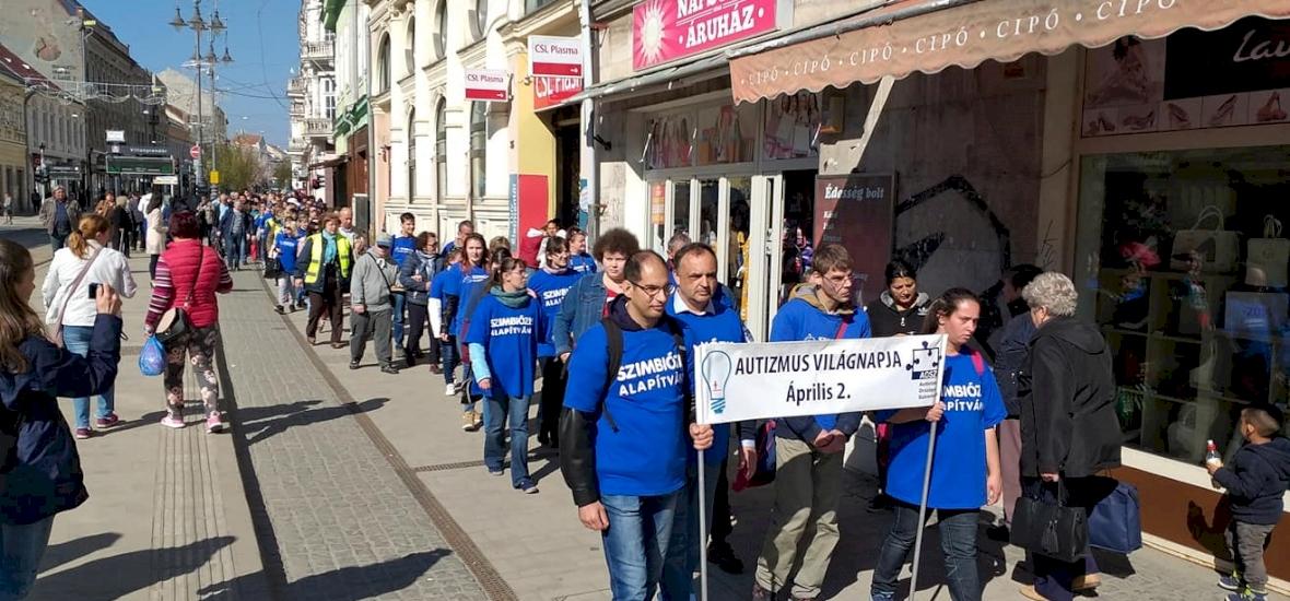 Kék pólók és kék lufik – kék séta az Autizmus Világnapján