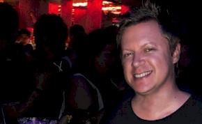 Bizarr haláleset: egy DJ átrohant az üvegajtón