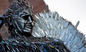 Százezer elkobzott késből készült emlékmű Angliában