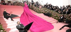 Egy sztriptízt adott elő Lady Gaga a vörös szőnyegen