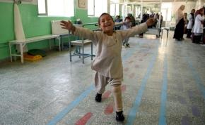 Az életöröm szimbóluma lett a műlábbal táncoló afgán kisfiú – videó