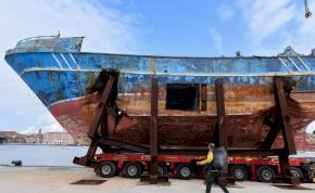 Szelfiznek a hajóval, amelyen több száz menekült meghalt