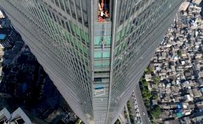 Videó: ablakmosó munkásokat kellett kimenteni toronyház tetejéről