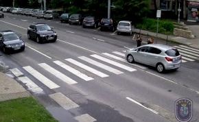 Ne így vezess, ha jön két gyerek a zebrán – videó