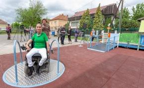 """""""A játék összeköt!"""": újabb befogadó játszótér épült Miskolcon"""