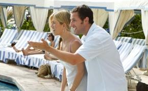 Szinkronos előzetest kapott Jennifer Aniston és Adam Sandler új vígjátéka