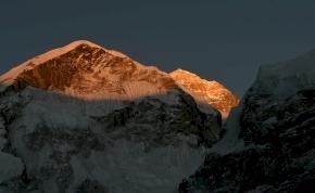 Az Everest tetején lőtt fotó láttán elmegy a kedvünk a Himalájától
