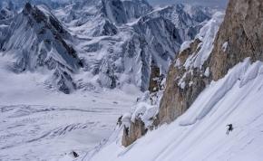 Két őrült lesíelt egy 7027 méter magas csúcsról a Karakorumban