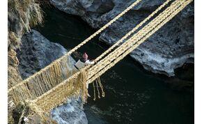 Te rá mernél lépni erre a fűből készült hídra?