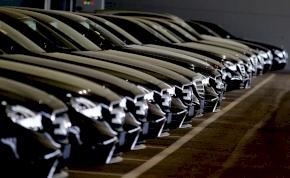 Mercedesek tízezreit kell szervizbe vinni, ám a gyártó ellenzi ezt a lépést