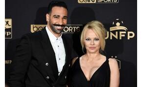 """""""Ő egy szörny"""": Pamela Andersont megcsalta 18 évvel fiatalabb focista szerelme"""