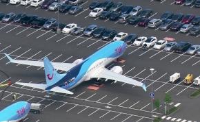 A bajban megtelt a gyár, autók között parkolnak a Boeingek – videó