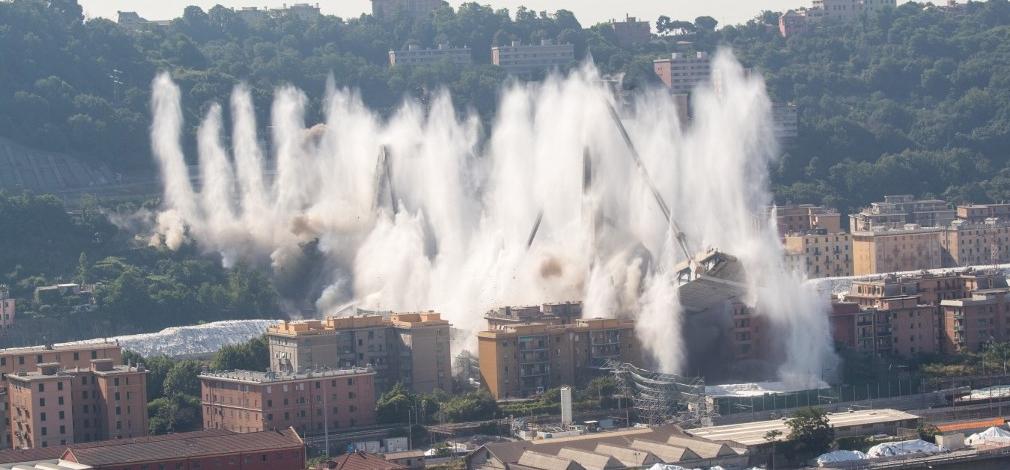 Felrobbantották Genova hírhedt autópályahídját – videó, fotók